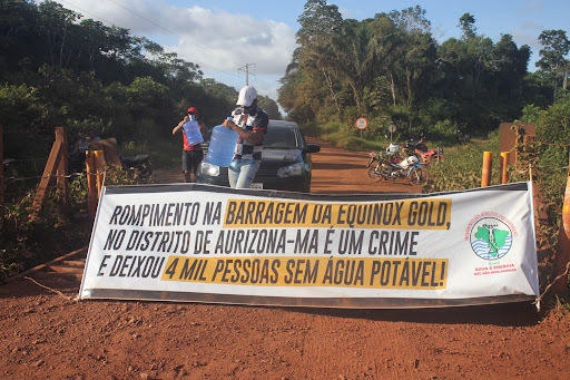 Banner of people affected by Aurizona mine spill (MAB photo).