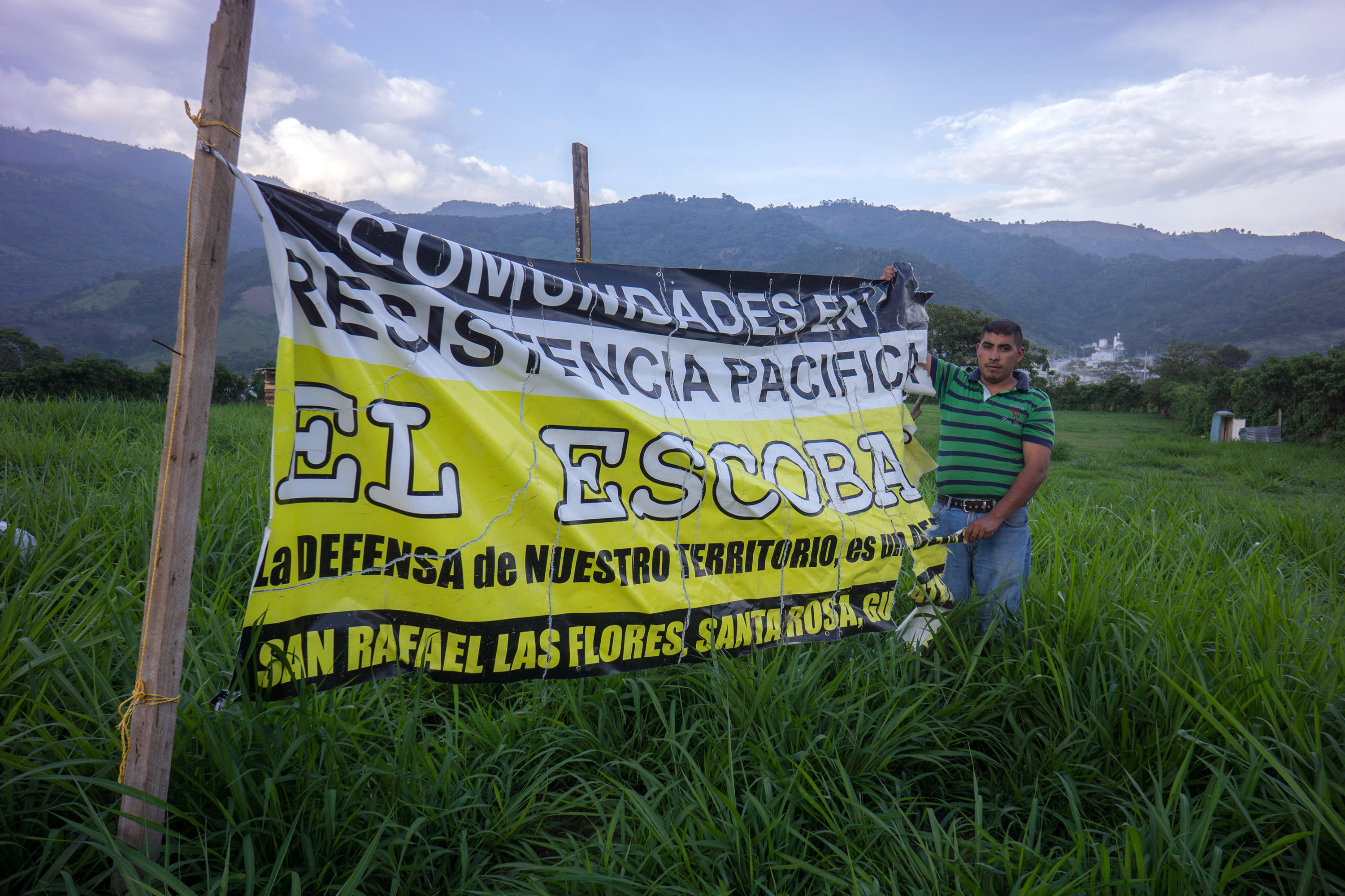 Escobal opposition banner